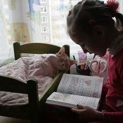 Бабушка нашла-таки способ заставить внучку читать
