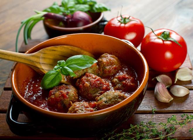 Тефтелі в духовці, м'ясо, осощі, зелень, сіль, масло, помідори, часнок