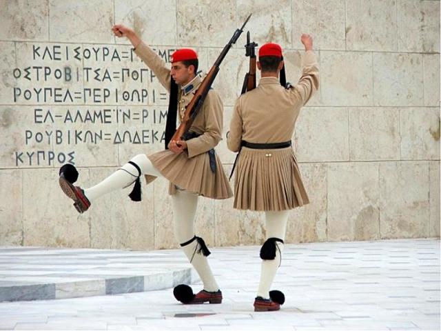 Цікаві місця Афін: Зміна караулу гвардійців біля будівлі парламенту