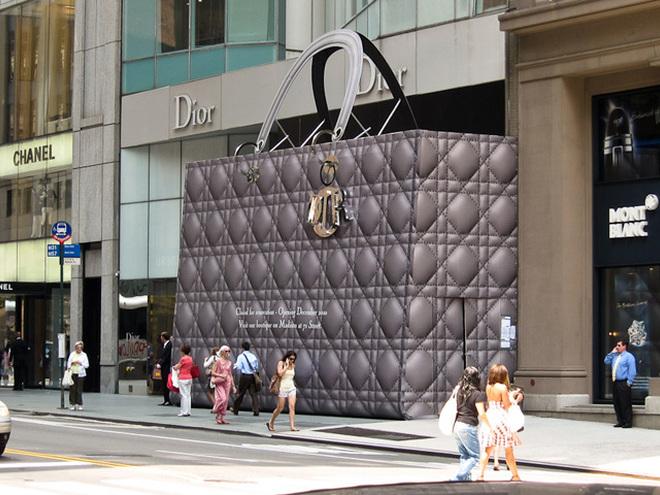 752fcafe9910 Необычные магазины мира: сумка-гигант от Dior и велосипеды на фасаде ...