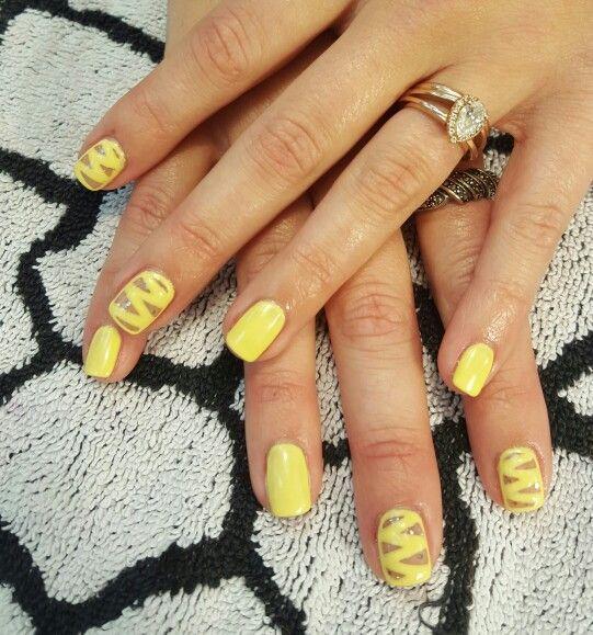 Маникюр с желтым цветом на Новый год 2018
