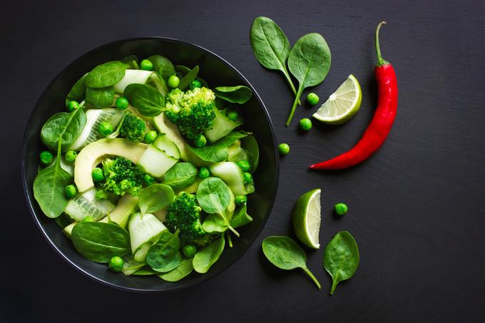 Рецепт салату з капусти брокколі, огірком і зеленим горошком