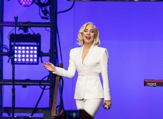 Леди Гага в костюме Brandon Maxwell