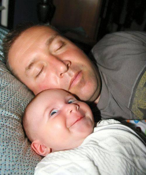 Сфоткал папу, пока он спал. Люблю его