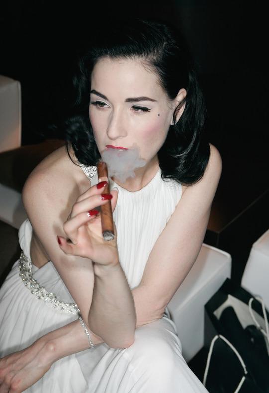 15 дівчин-знаменитостей, які не можуть відмовитися від сигарет