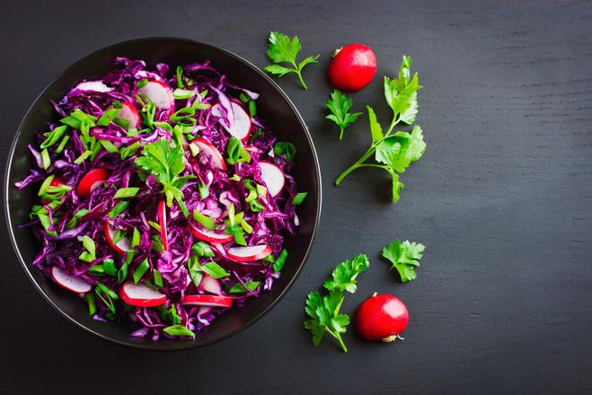Салат из краснокачанной капусты и редиски