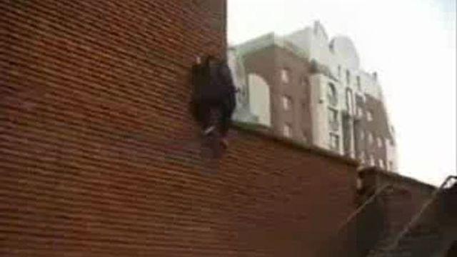 чувак залезает по стене узнать, кто