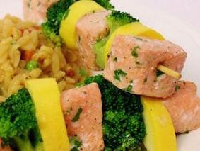 Шашлык из лосося с овощами на пару