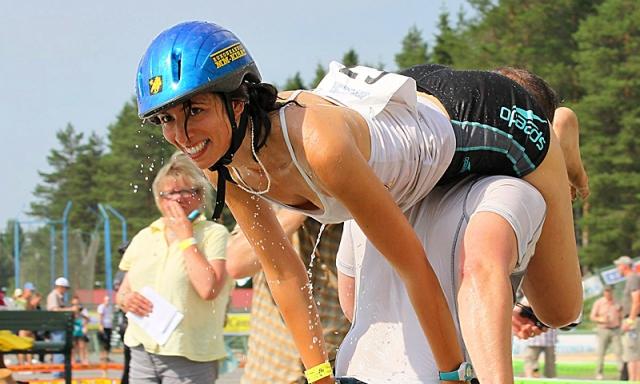 Самые оригинальные спортивные фестивали: cорвенования из переноса жен