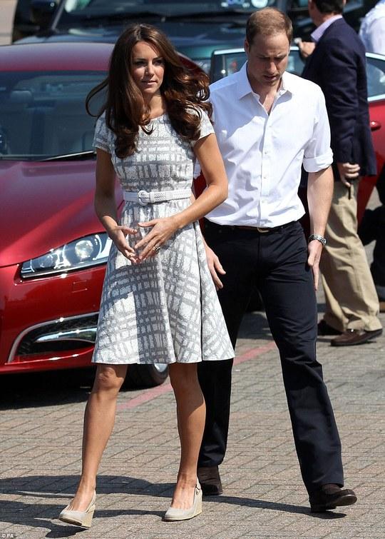 Королева Елизавета запретила Кейт Миддлтон носить туфли на платформе