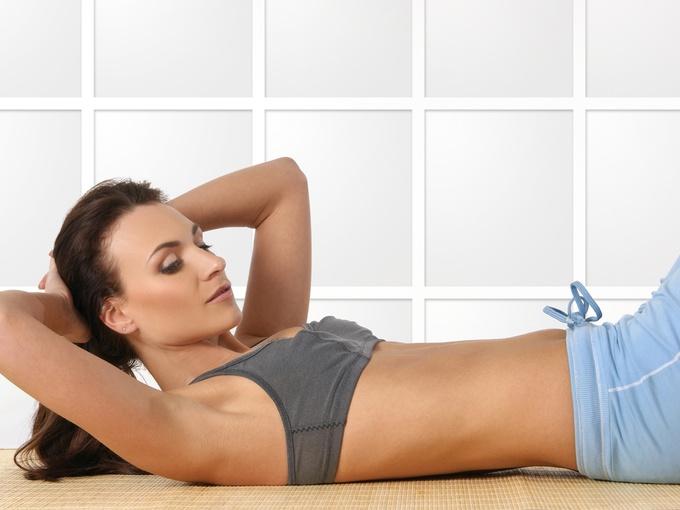 Теплая ванна с морской солью и легкий массаж поможет избавиться от крепатуры.