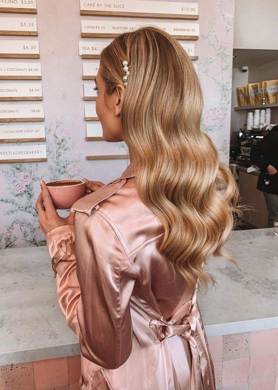 Модна весільна укладка на розпущене волосся