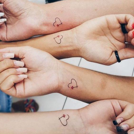 Тату для подруг: 20 парных татуировок, которые вдохновят на новое приключение