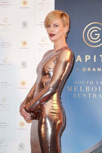 Шарлиз Терон в золотом платье Tom Ford