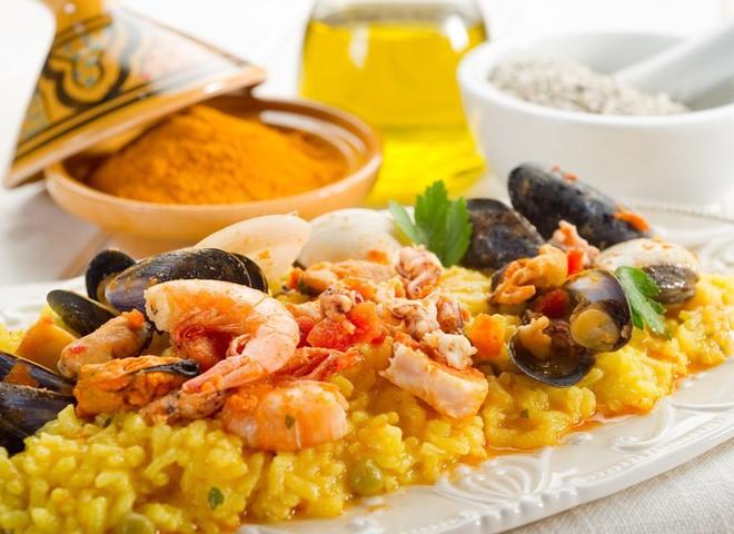 Испанская кухня богата овощами, морепродуктами, блюдами из риса и птицы, а также нежными десертами