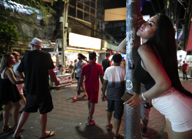 Секс с женой в тайланде при муже, нейлон на все тело и голову