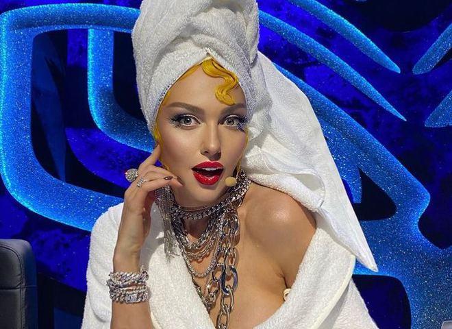 Оля Полякова в халате и полотенце