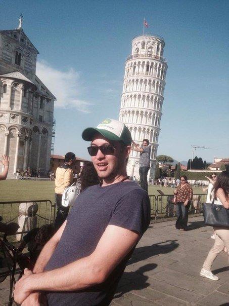 Новый способ съемки. Зачем фоткаться на фоне башни, когда можно делать снимки людей на фоне этой башни