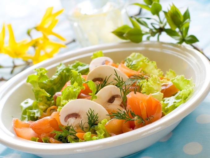 Выбирай в новогоднее меню 2012 праздничные салаты из рыбы.