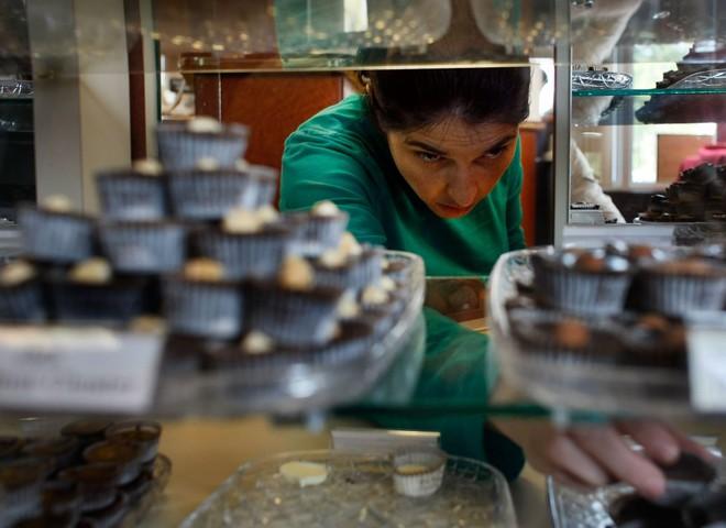 Швейцарский шоколад покрывают чистым золотом