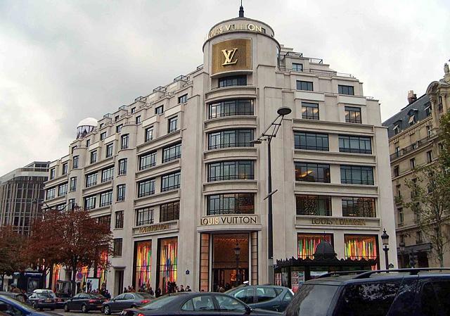 Шопінг в Парижі: Бутік Louis Vuitton на Avenue Des Champs-Elysees