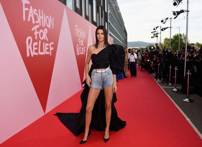 Кендалл Дженнер в джинсовых шортах на красной дорожке