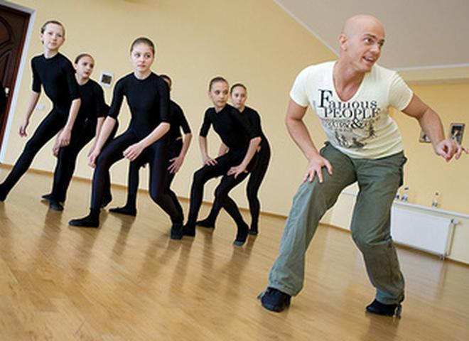 Влад Яма учит танцевать школьниц