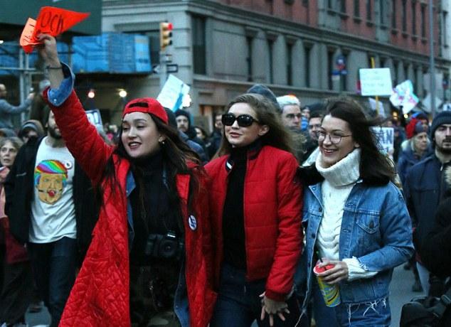 Моделі Белла і Джіджі Хадід вийшли на мітинг проти Трампа