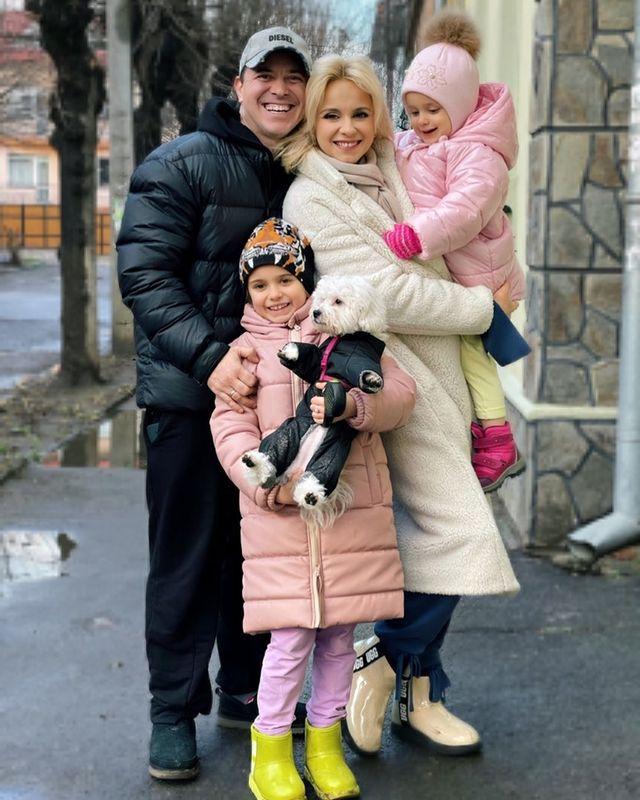 Лилия Ребрик и Андрей Дикий с детьми