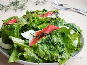 Листья салата с крабовым мясом и яйцами