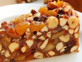 Медовый торт с орехами и цукатами