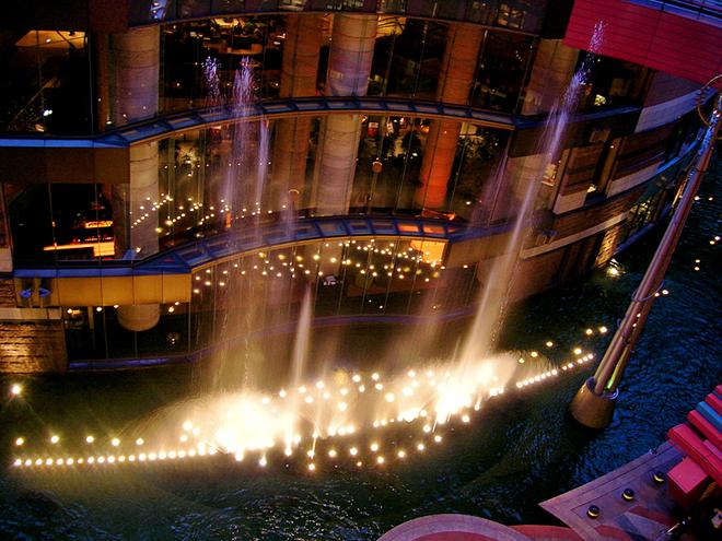 5 удивительных шопинг-центров мира: Canal City