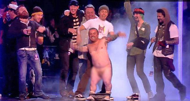 Голый карлик показал член на MTV Europe Music Awards 2010