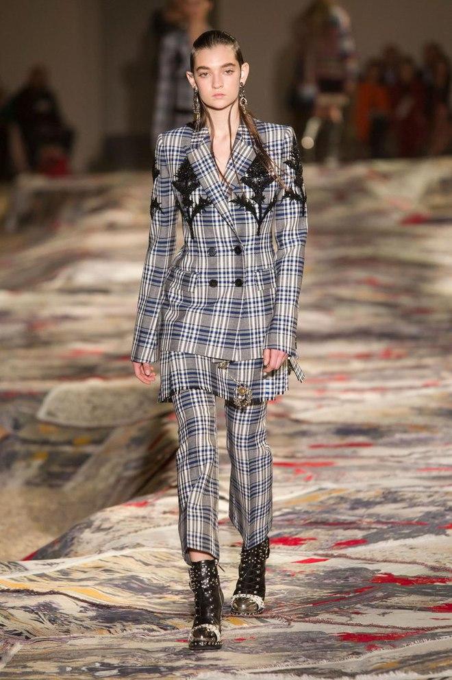Українка Юлія Ратнер на подіумі паризького Тижня моди: Alexander McQueen