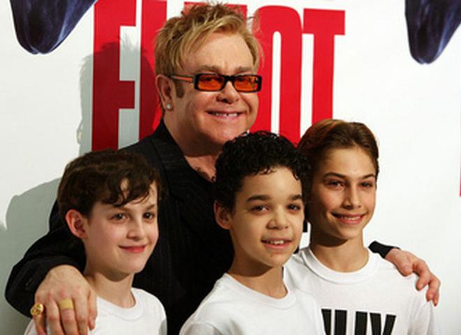 Элтон Джон с молодыми актерами