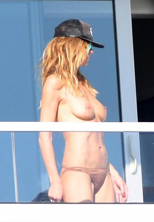 43-річна Хайді Клум засмагає топлес в Маямі