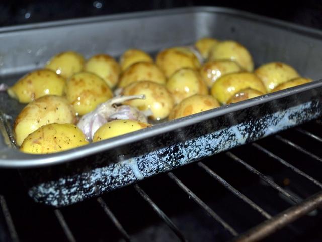 Запеченный в духовке с чесноком картофель