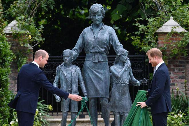 Принци Вільям і Гаррі відкрили пам'ятник матері