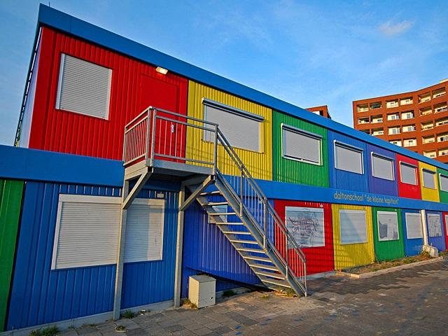Самые необычные школы мира: Перевозная школа из промышленных контейнеров, Амстердам, Нидерланды