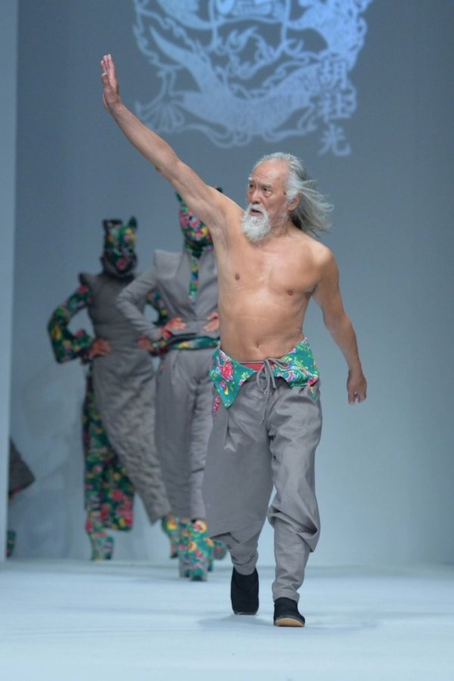 80-летний Ван Дэшунь стал звездой подиума