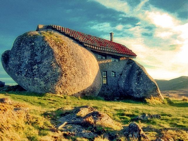 Самі незвичайні будинки у світі: Будинок-камінь, Гюемараес, Португалія