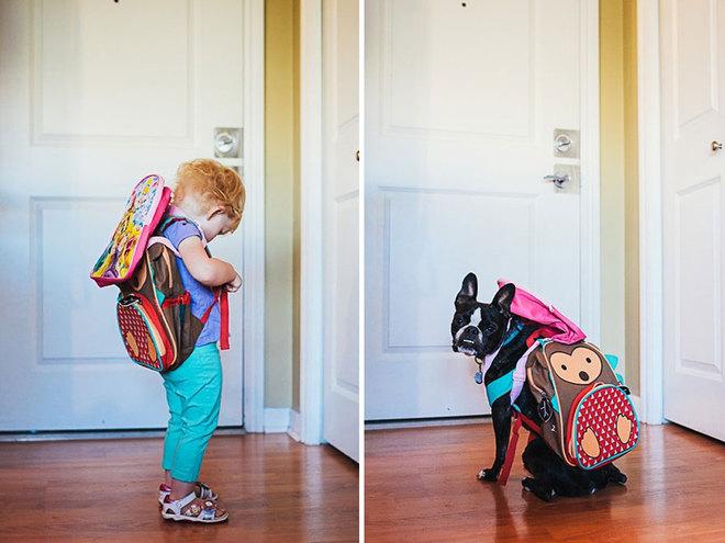 Дівчинка і її собака позують в однакових позах