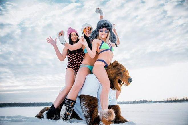 Девушки-сибирячки устроили фотосессию на снегу. С медведем и балалайкой