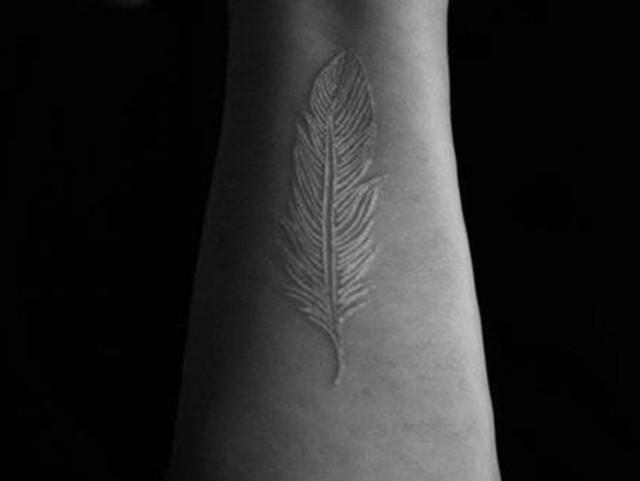 Новый тренд: белые татуировки