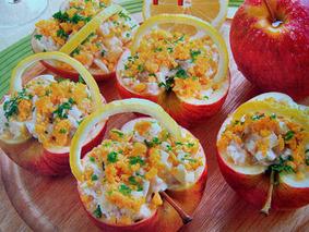 Яблочные корзинки с начинкой из селедочного салата