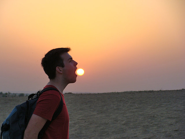 Найсмішніші фото українців за кордоном: сонце в руках