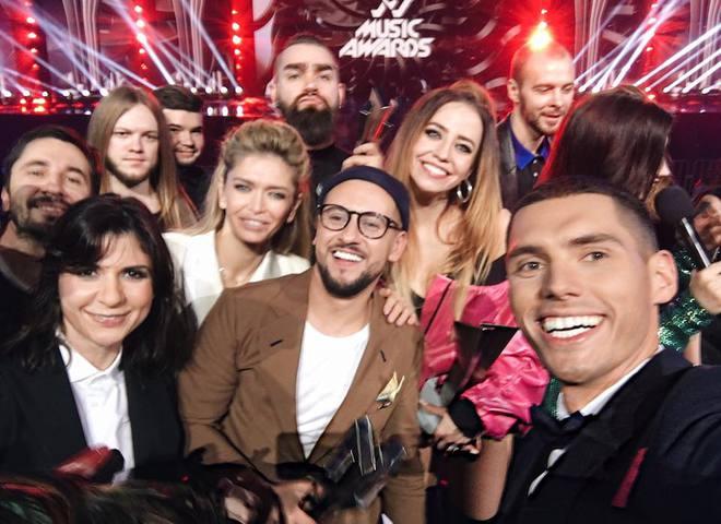Один в один: звездное селфи M1 Music Awards сравнивают с популярным снимком Эллен ДеДженерес