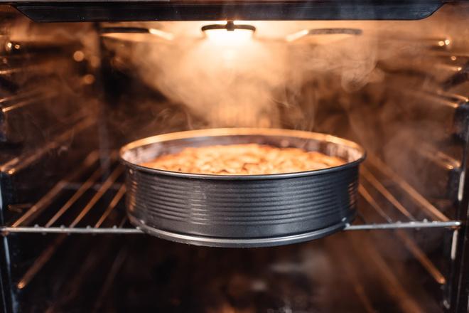 Пиріг з горіхами і яблуками