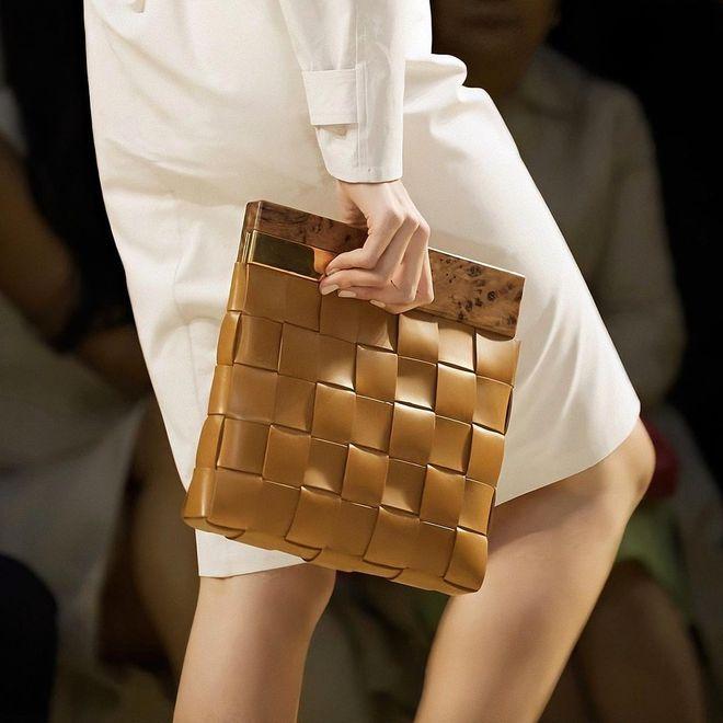 Плоская сумка — тренд весна-лето