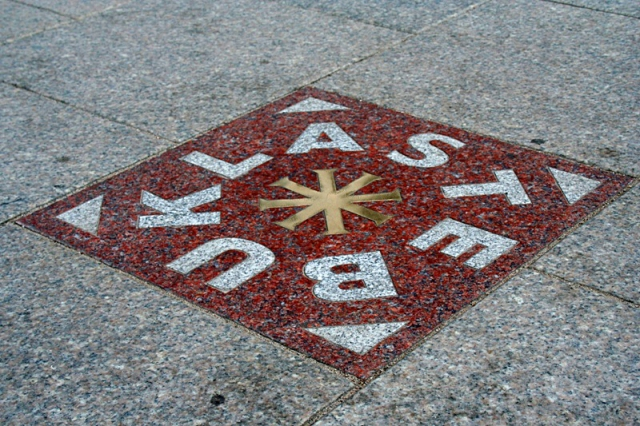 Достопримечательности Вильнюса: Stebuklas на площади